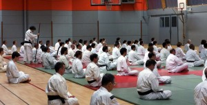 AOSAKA Senseï, redressant les Kenshi se tenant voûtés lors du Chinkon