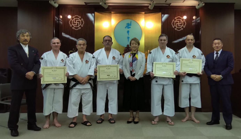 De gauche à droite : Maître Aosaka, Frédéric Juhel, Michel Tesson, José Jimenez, SŌ Yuki Présidente de la W.S.K.O, Didier Chaigneau, Didier Denmat, Kawashima Sensei
